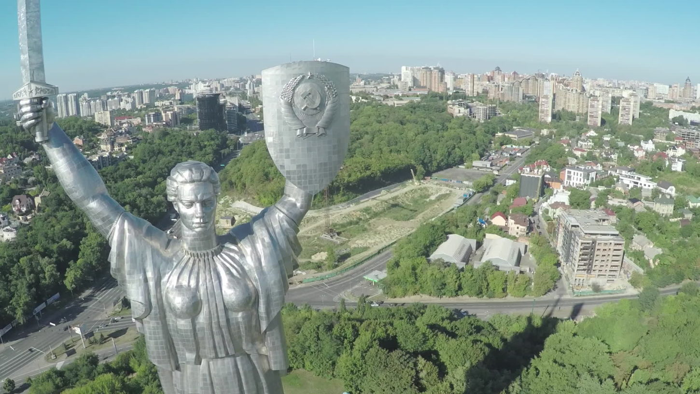 фото вида сбоку монумента Родина-мать в Киеве