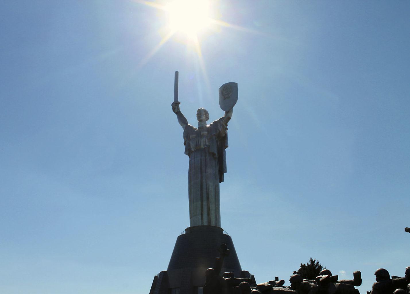 вид снизу на монумент Родина-мать в Киеве фотография