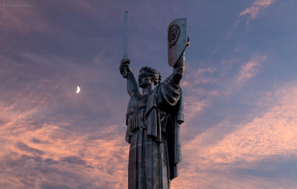 фото вечернего вида киевской статую Родина-мать
