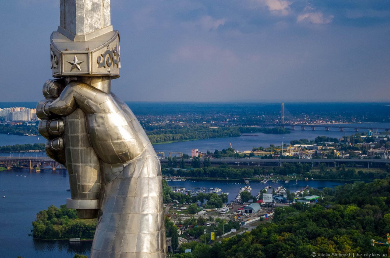 вид на Киев со смотровой площадки Родины-матери фотография