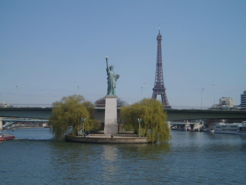 вид на Статую Свободы в Париже на Лебедином острове фото