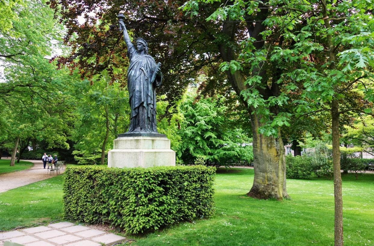 фото Статуи Свободы в Люксембургском саду Парижа
