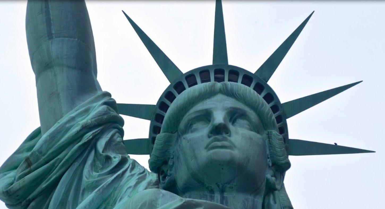 Статуя Свободы на носу баржи Нина на Сене фотография
