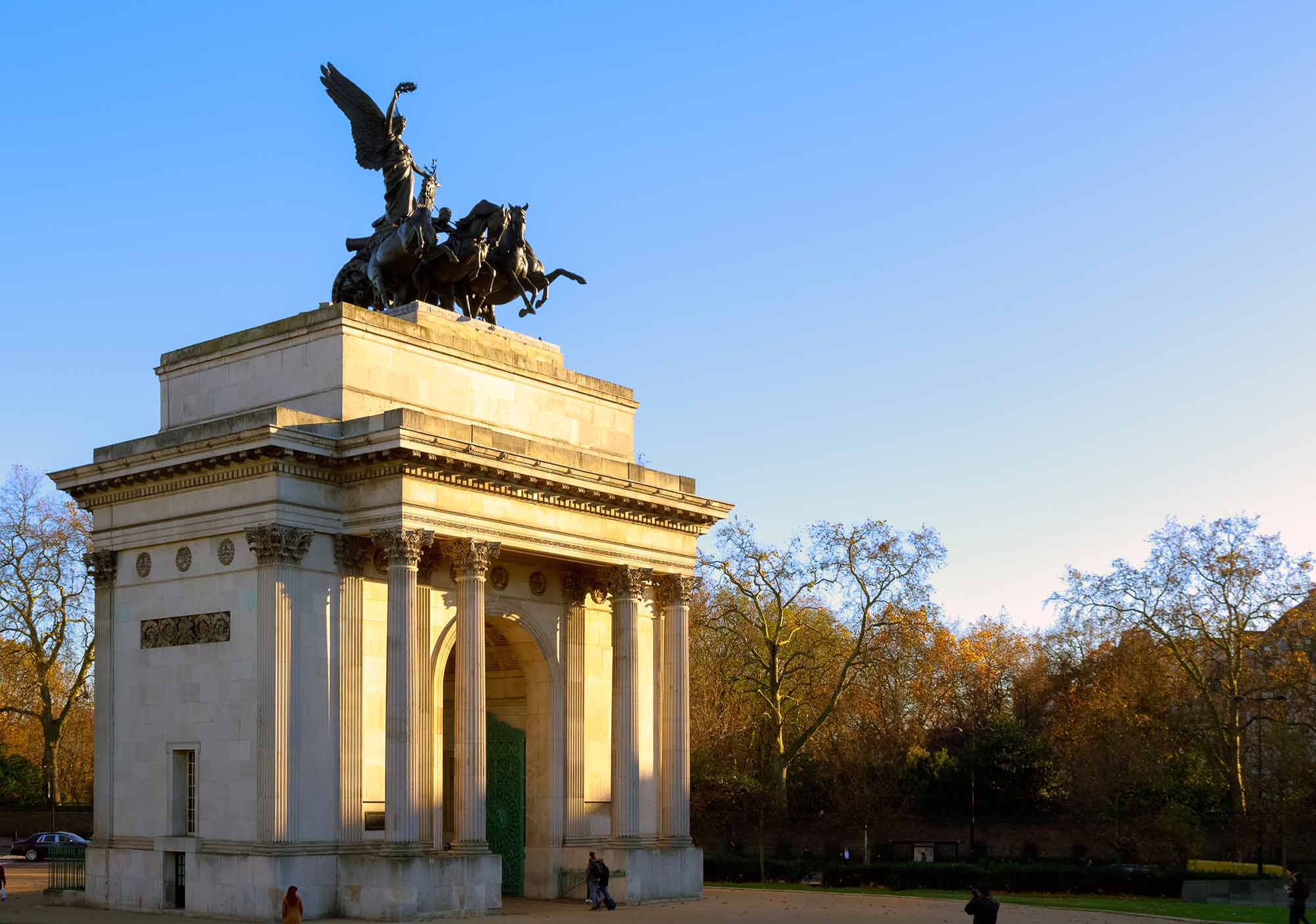 вид сбоку на Арку Веллингтона в Лондоне фото