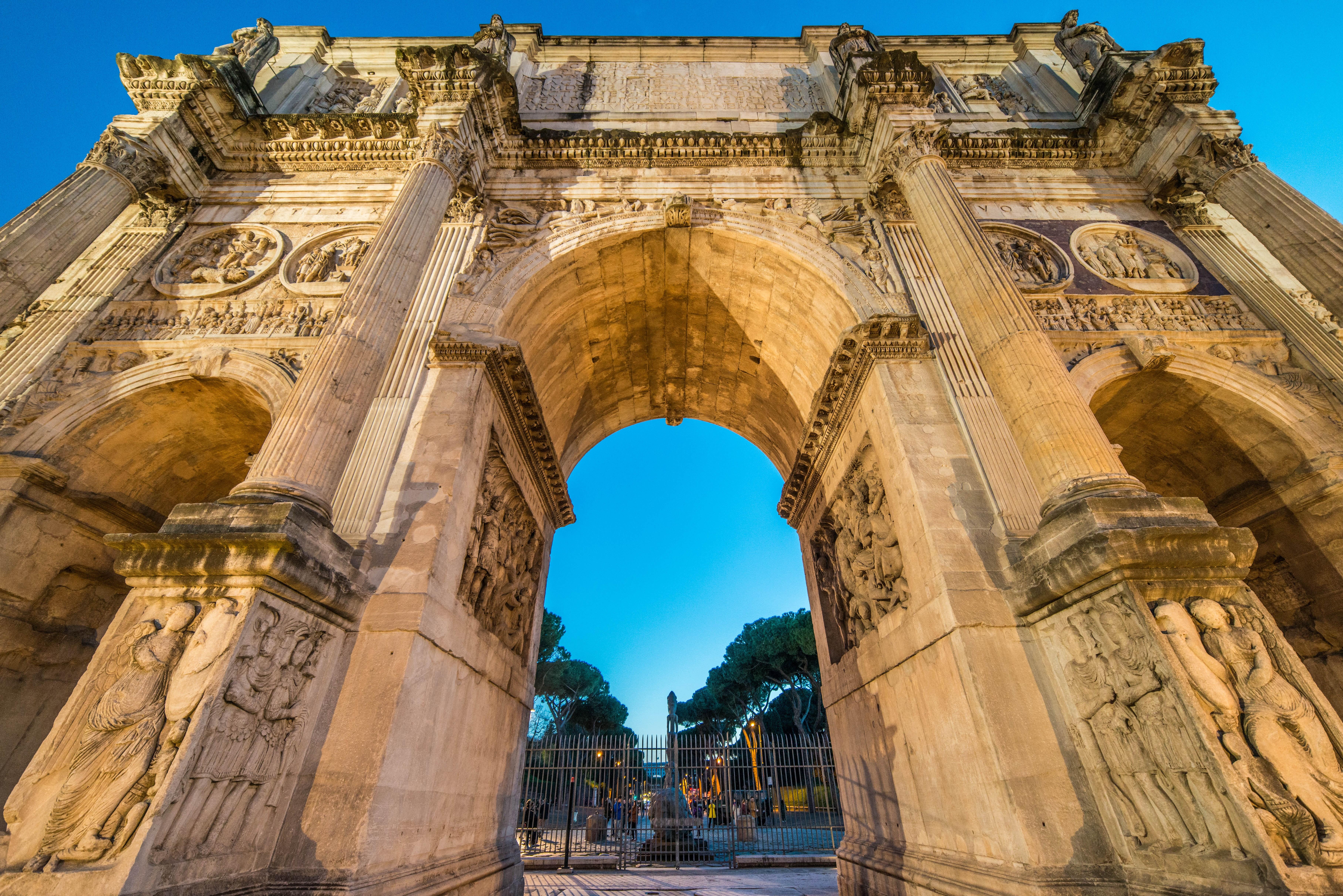 вид в близи на арку Константина фото