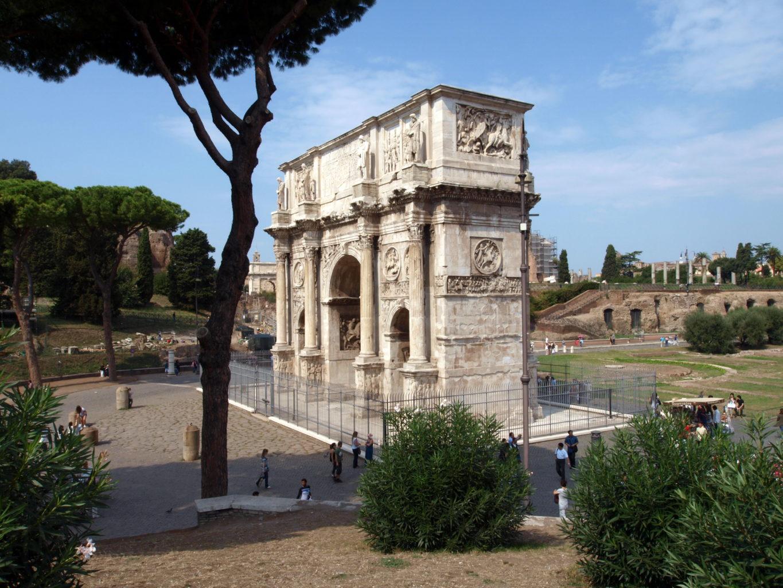 фотография вида сбоку на арку Константина вблизи