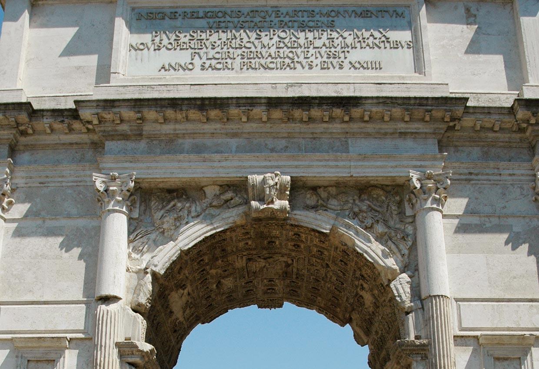 фотография надписи на римской арке Константина