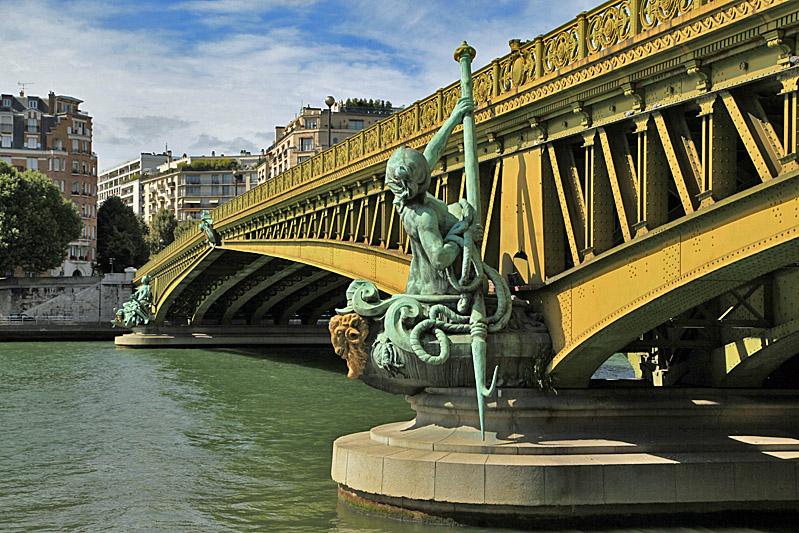 вид сбоку на парижский мост Мирабо фото