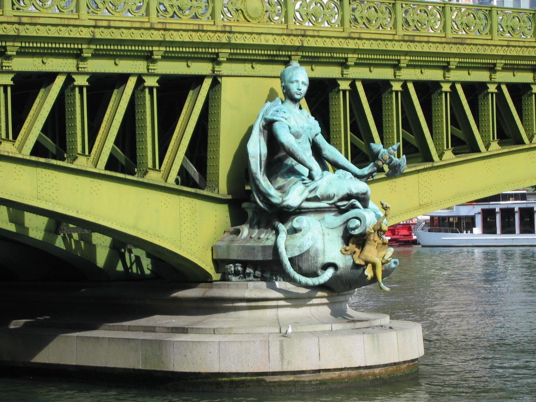 фото статуи Изобилия на мосту Мирабо