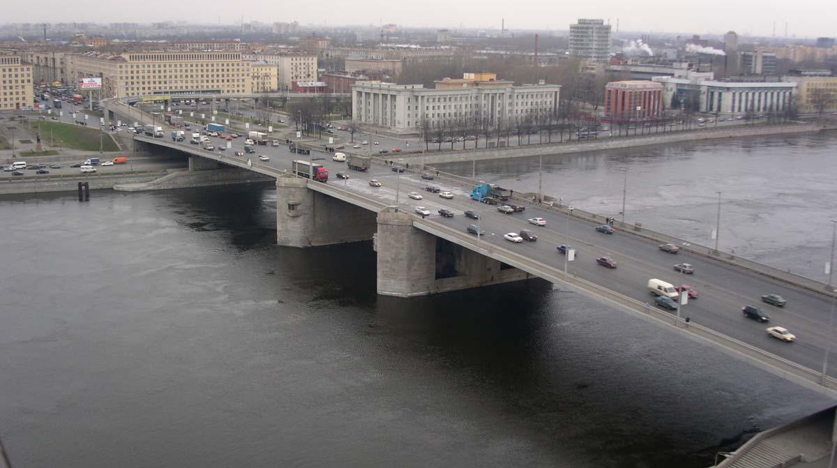 фото движения по Володарскому мосту в Санкт-Петербурге