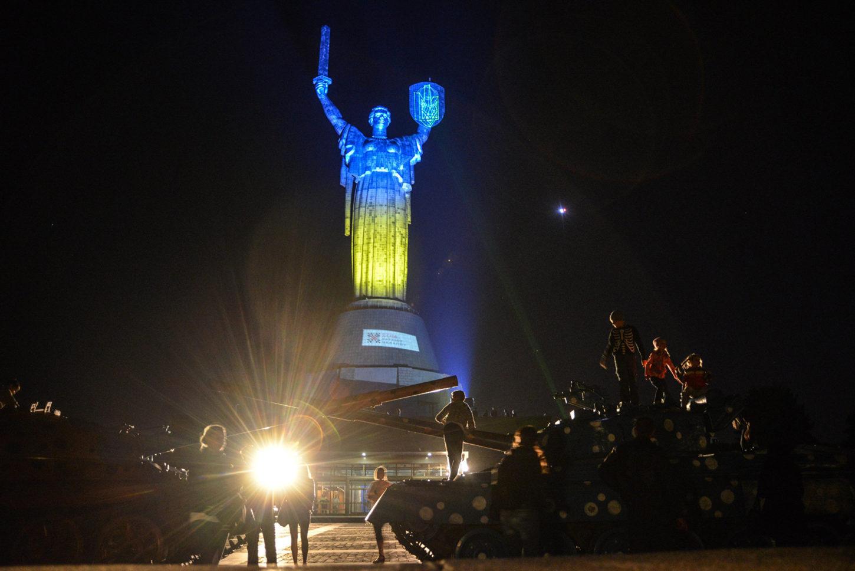 фото подсветки статуи Родина-мать в национальных цветах Украины