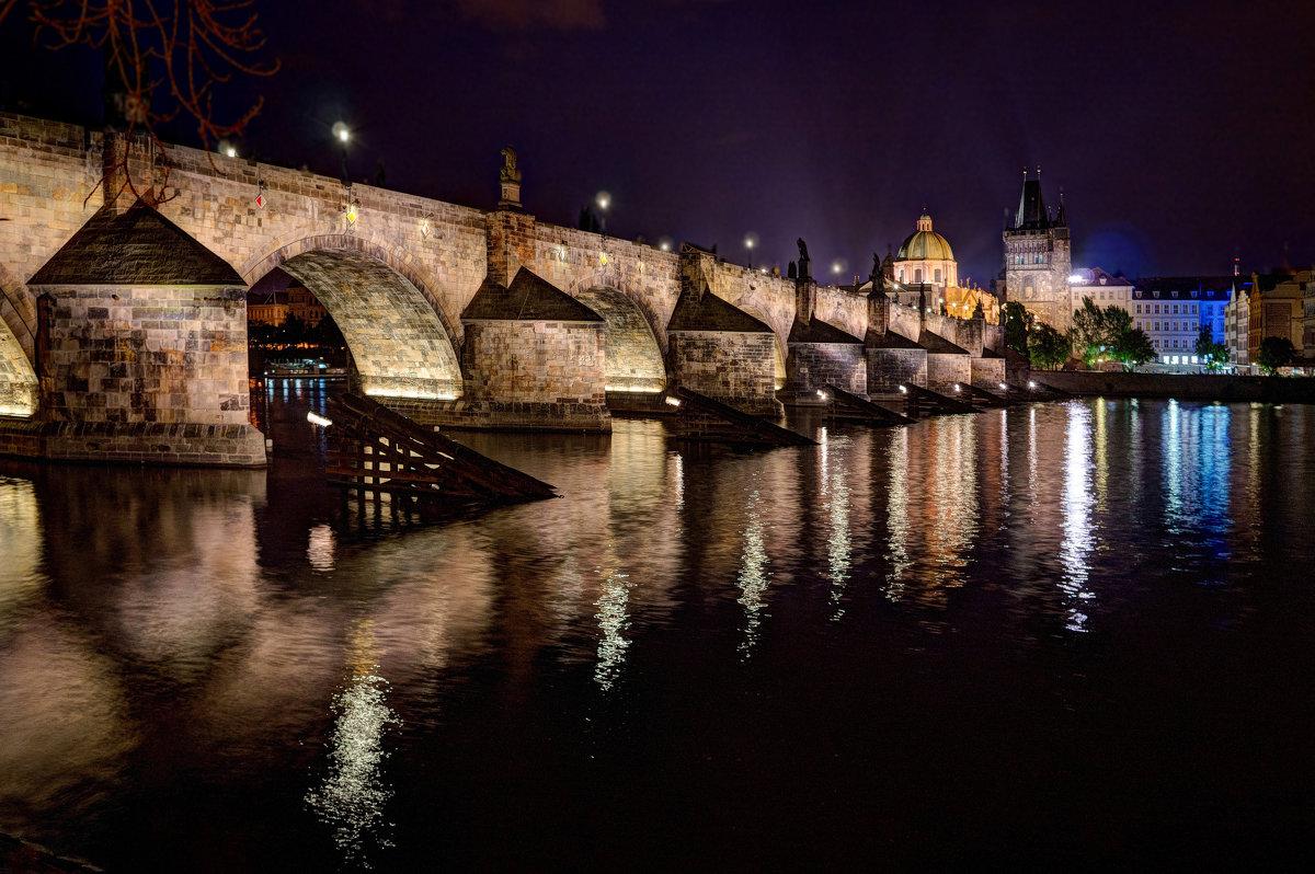 подсветка Карлова моста фотография