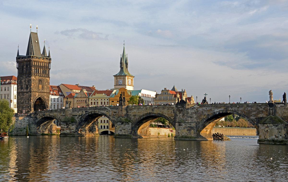 вид сбоку на Карлов мост фотография