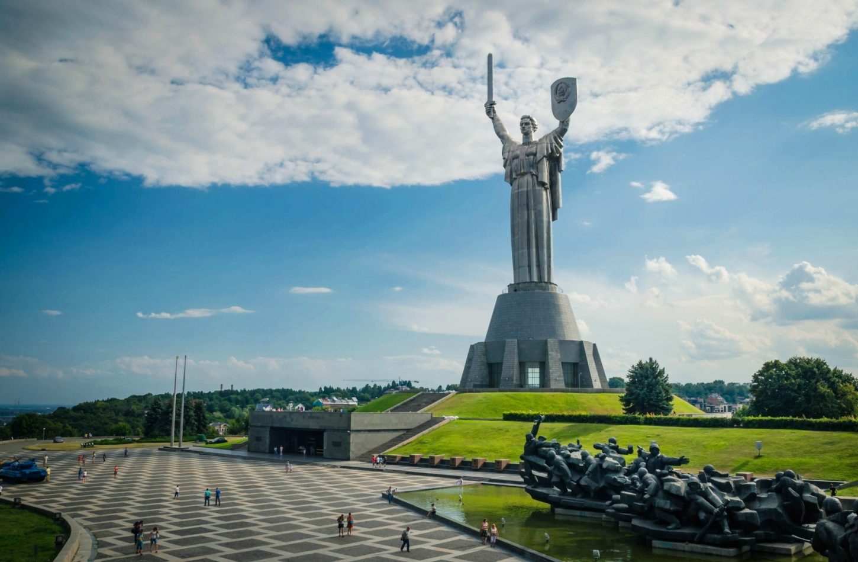 фото территории перед монументом Родина-мать в Киеве