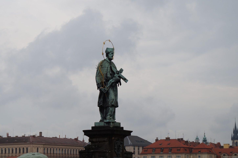 фото статуи Яна Непомуцкого на Карловом мосту