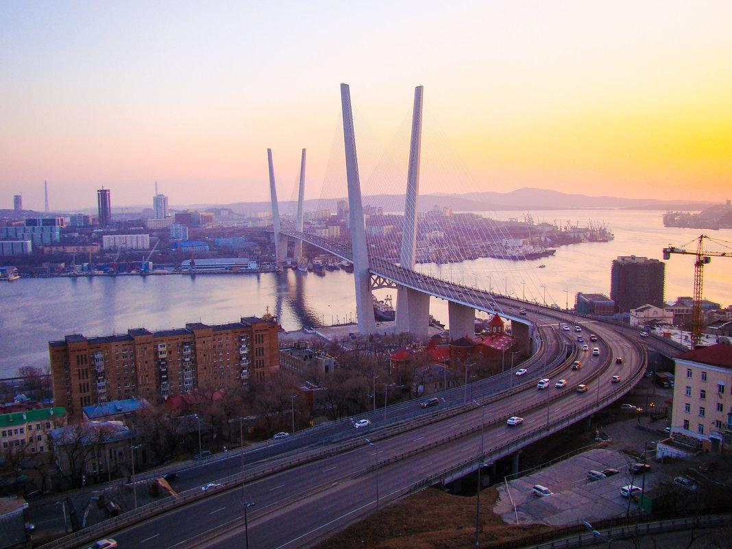 фотография дороги по мосту через бухту Золотой Рог во Владивостоке