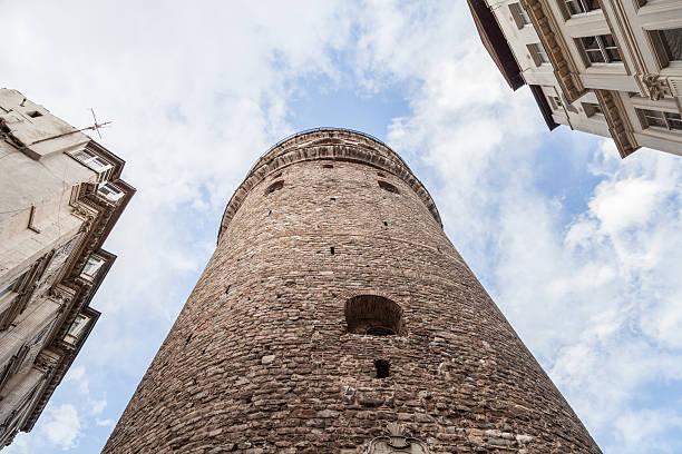 фото вида снизу на Галатскую башню