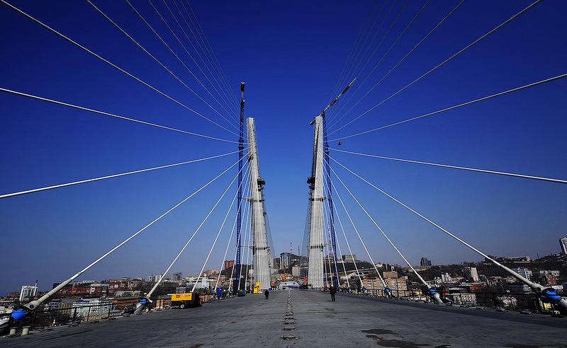 пилон Золотого моста во Владивостоке фотография