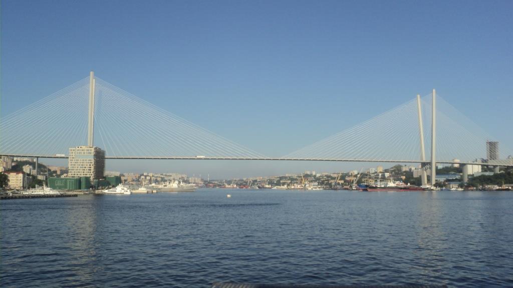 фото вида сбоку на Золотой мост во Владивостоке