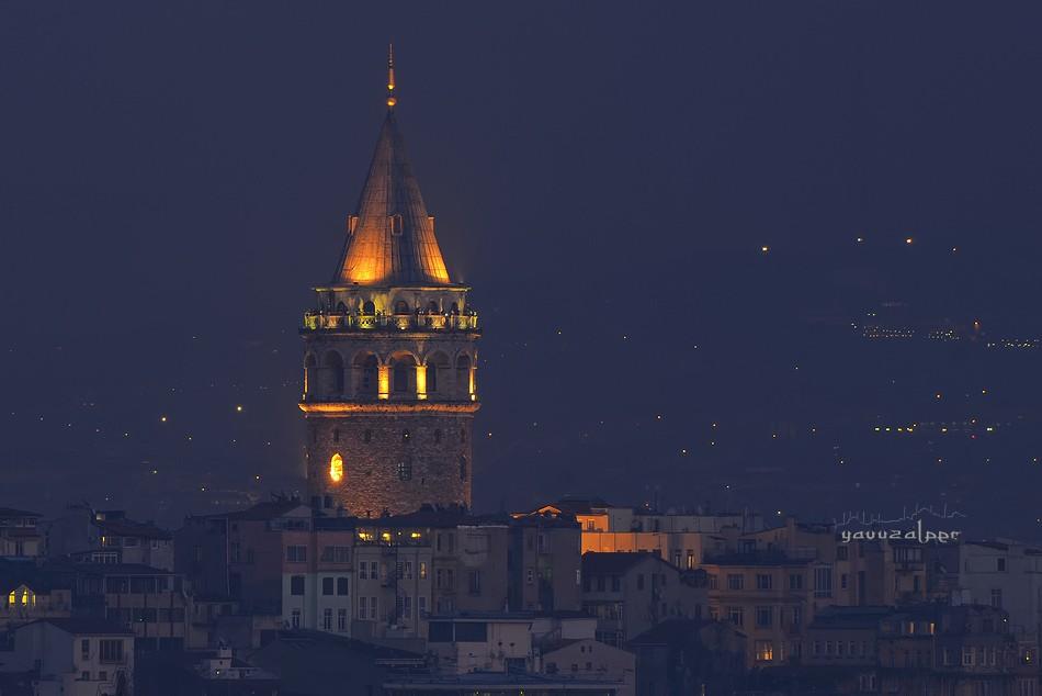 Галатская башня в Стамбуле ночью фотография