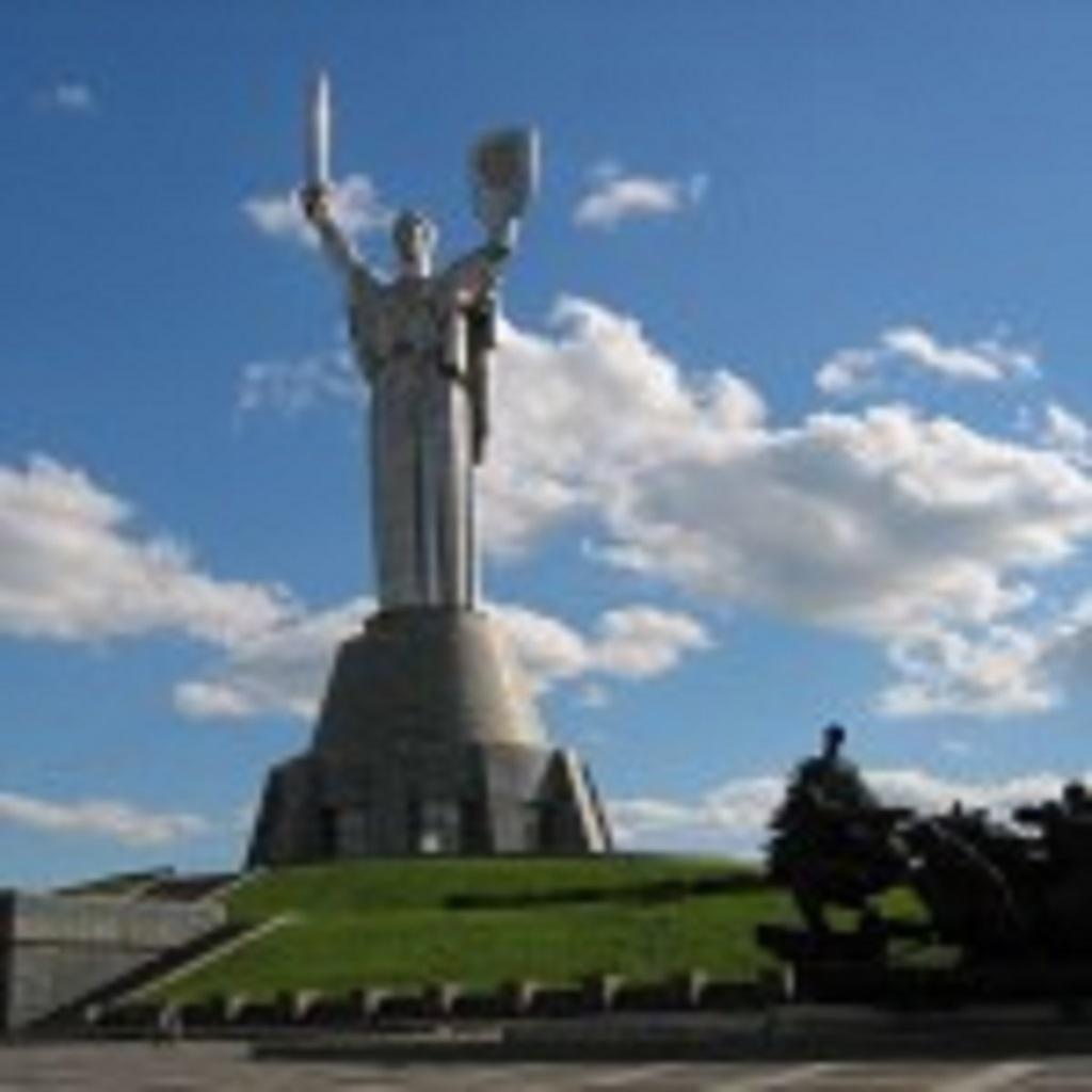 фото статуи Родина-мать в Киеве Украина