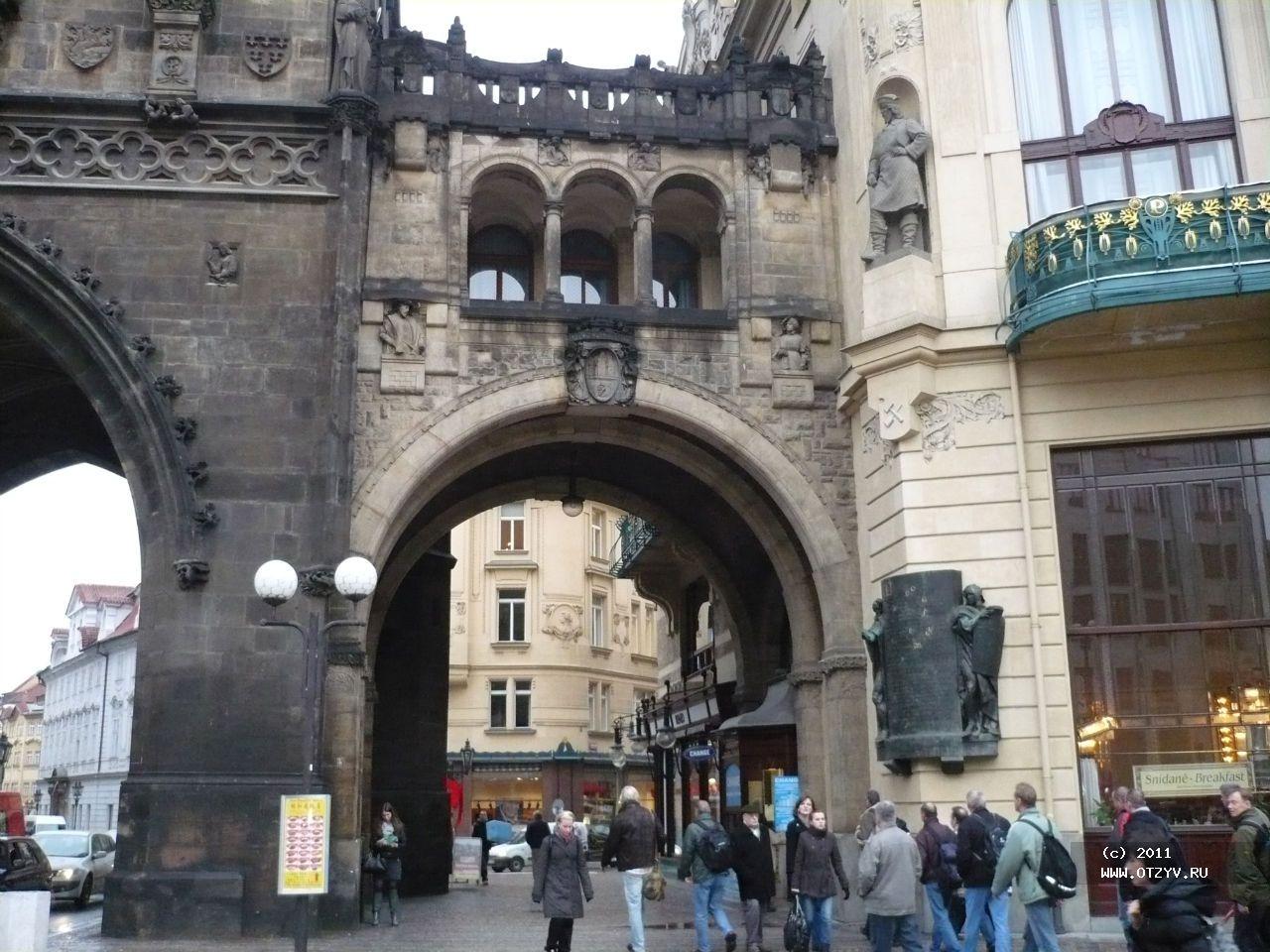 Пороховые ворота в Праге вид сбоку фотография