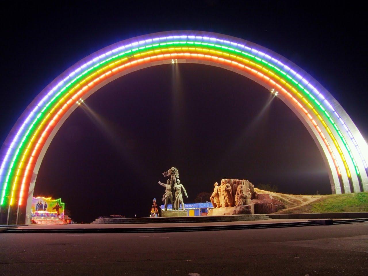 ночной вид на композицию Арки Дружбы народов фото