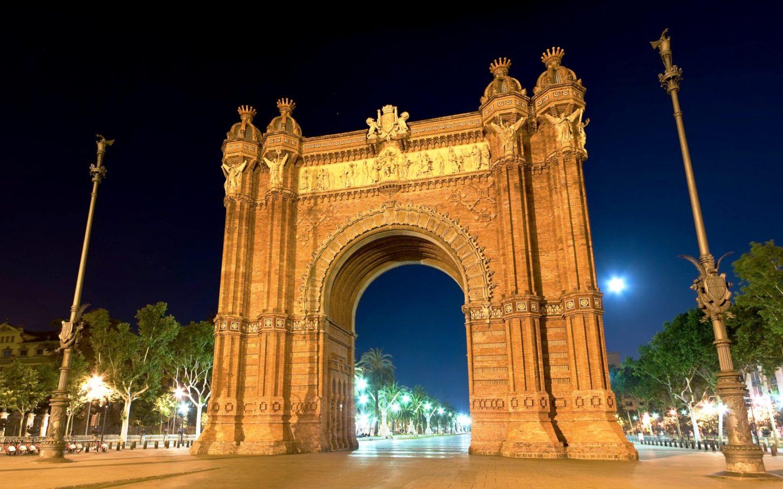 фото ночного вида барселонской Триумфальной арки