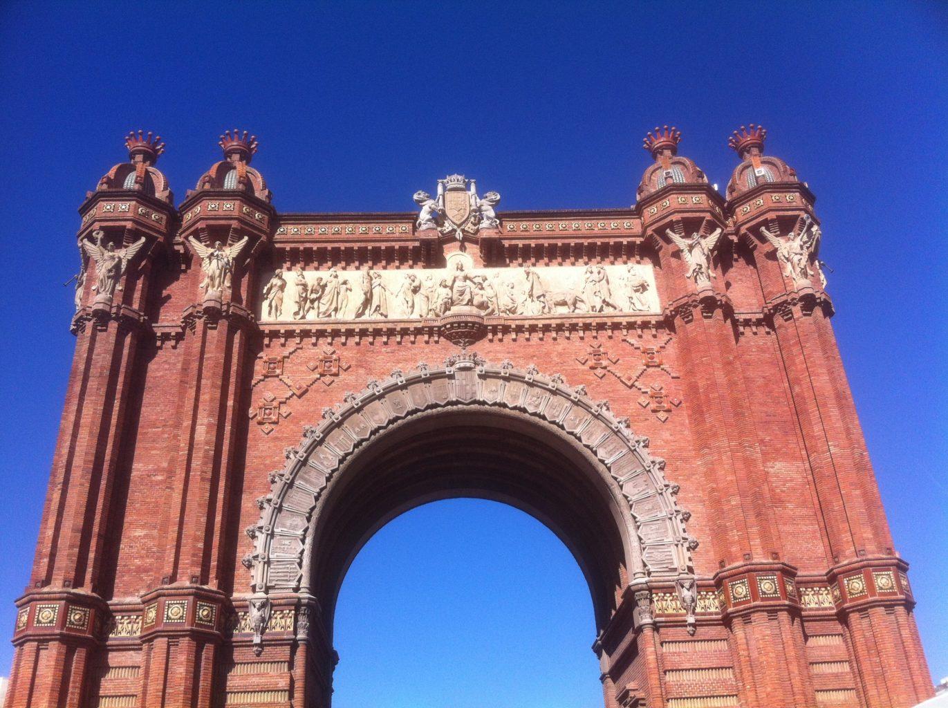скульптуры Слава на барселонской Триумфальной арке фото