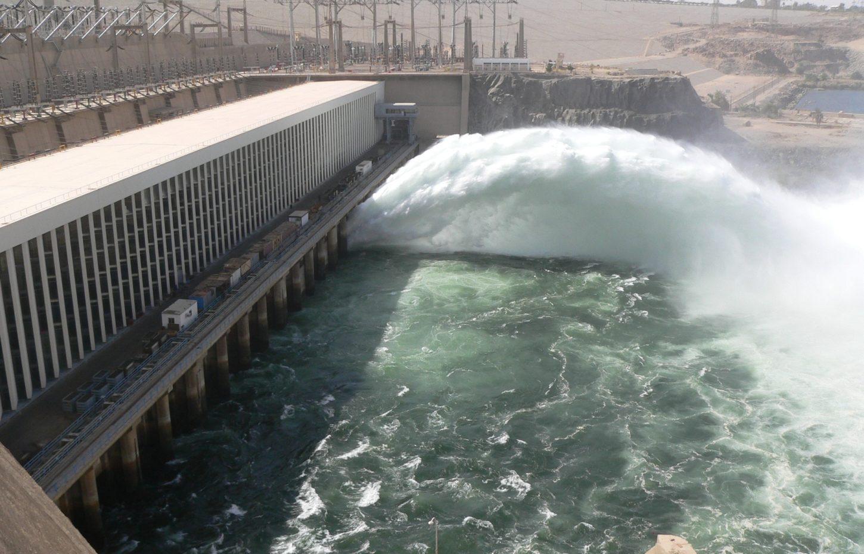 сброс воды Асуанская плотина в Египте фотография
