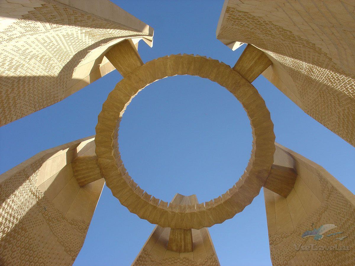памятник строителям Асуанской плотины фотография