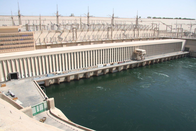 фото стены в память о завершении строительства Асуанской плотины