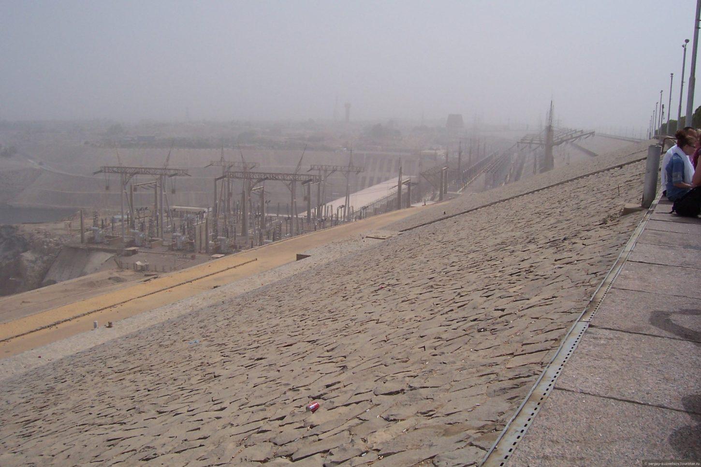 дорога над Асуанской плотиной фотография