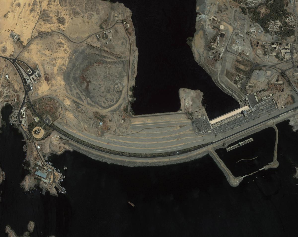вид сверху на Асуанскую плотину фотография