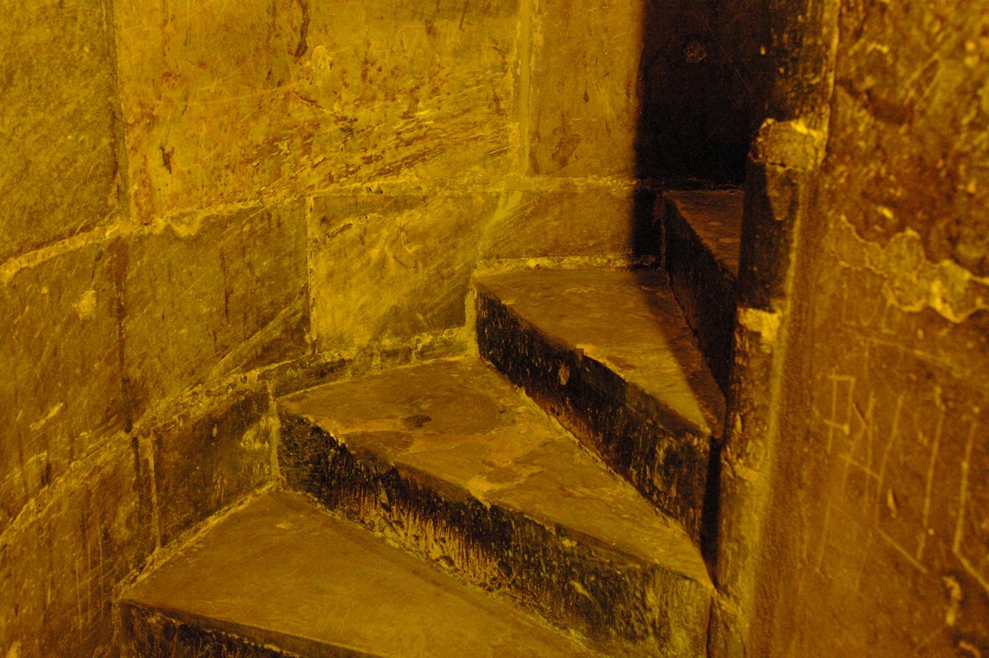фото винтовой лестницы внутри Пороховой башни в Праге