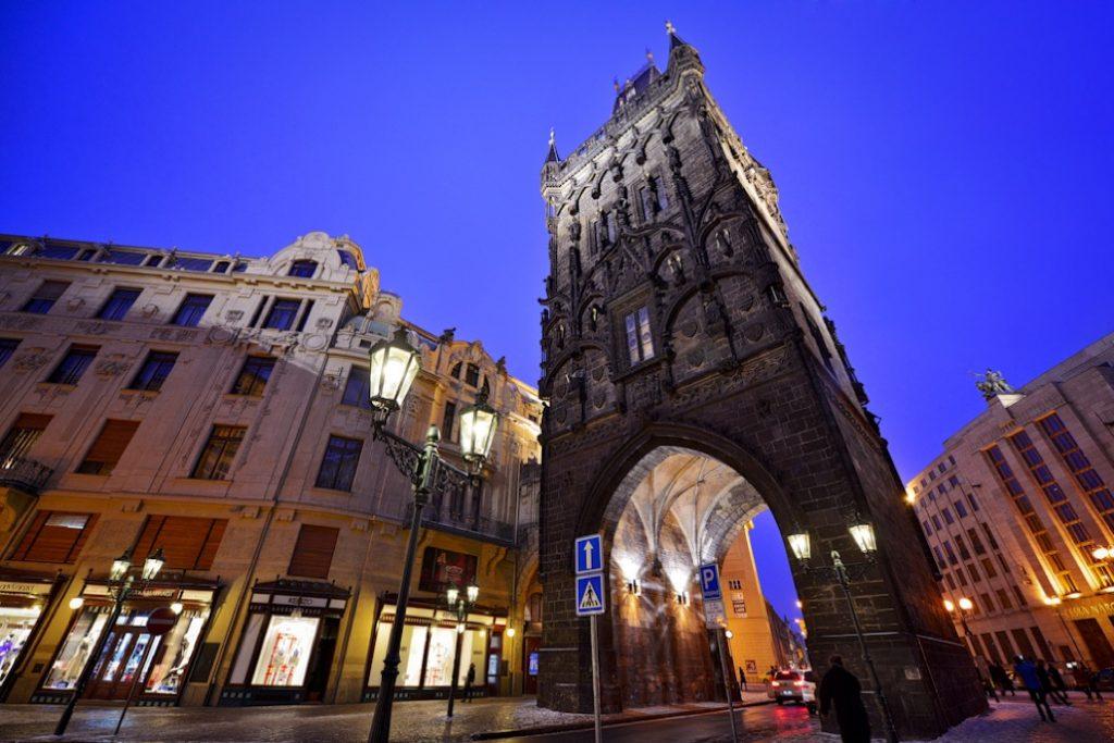 фото вида вблизи на Пороховую башню в Праге