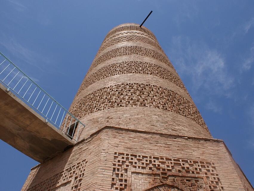 вид снизу на башню Бурана фото