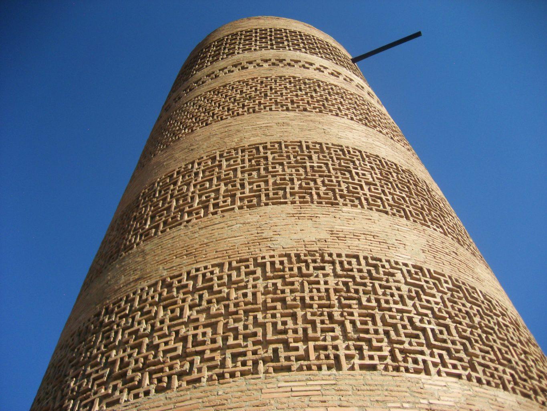 фотография вида вблизи на башню Бурана