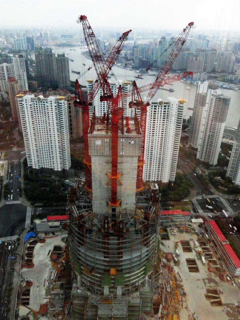 фото вида вблизи на конструкцию Шанхайской башни