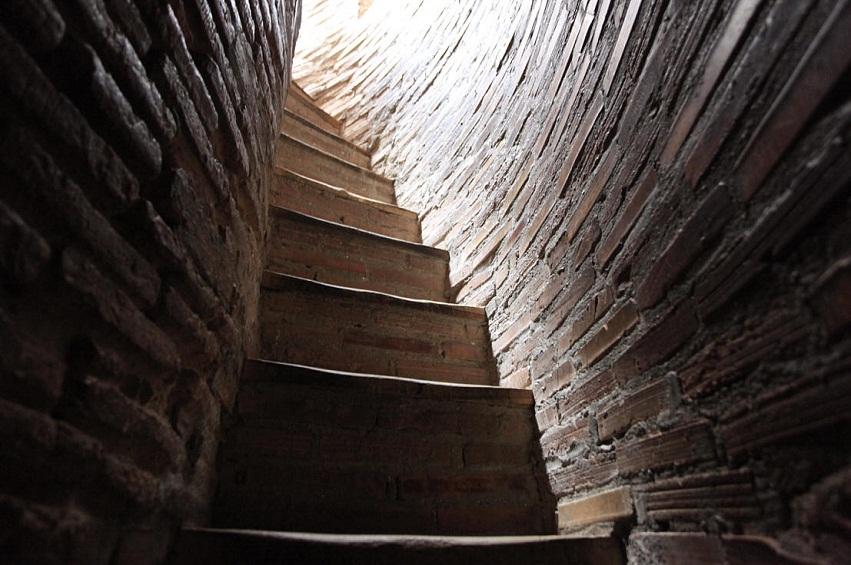 лестница внутри киргизской башни Бурана фото