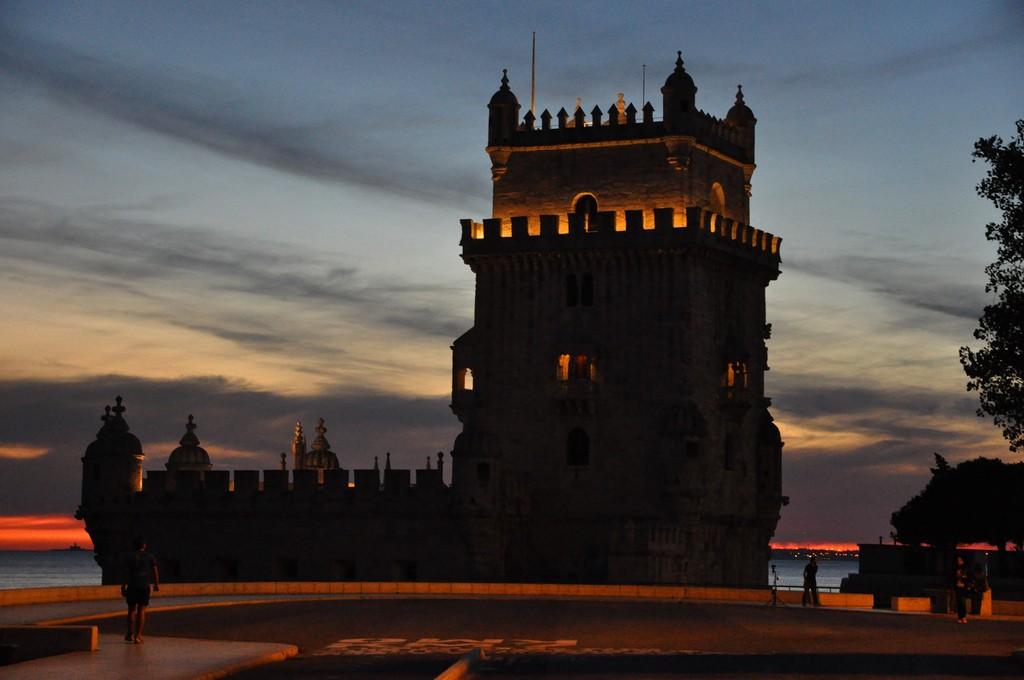 ночной вид башни Белен в Лиссабоне фотография