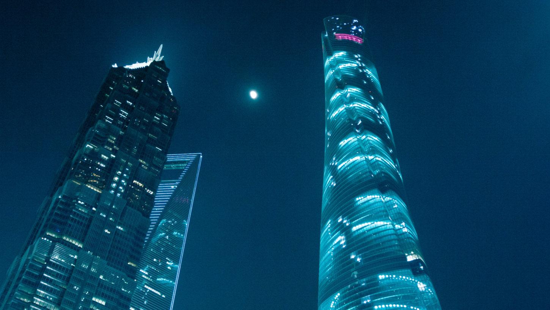 ночной вид на Шанхайскую башню фотография
