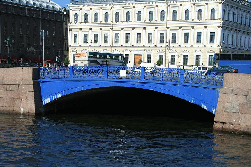 вид с воды на Синий мост в Кронштадте фото