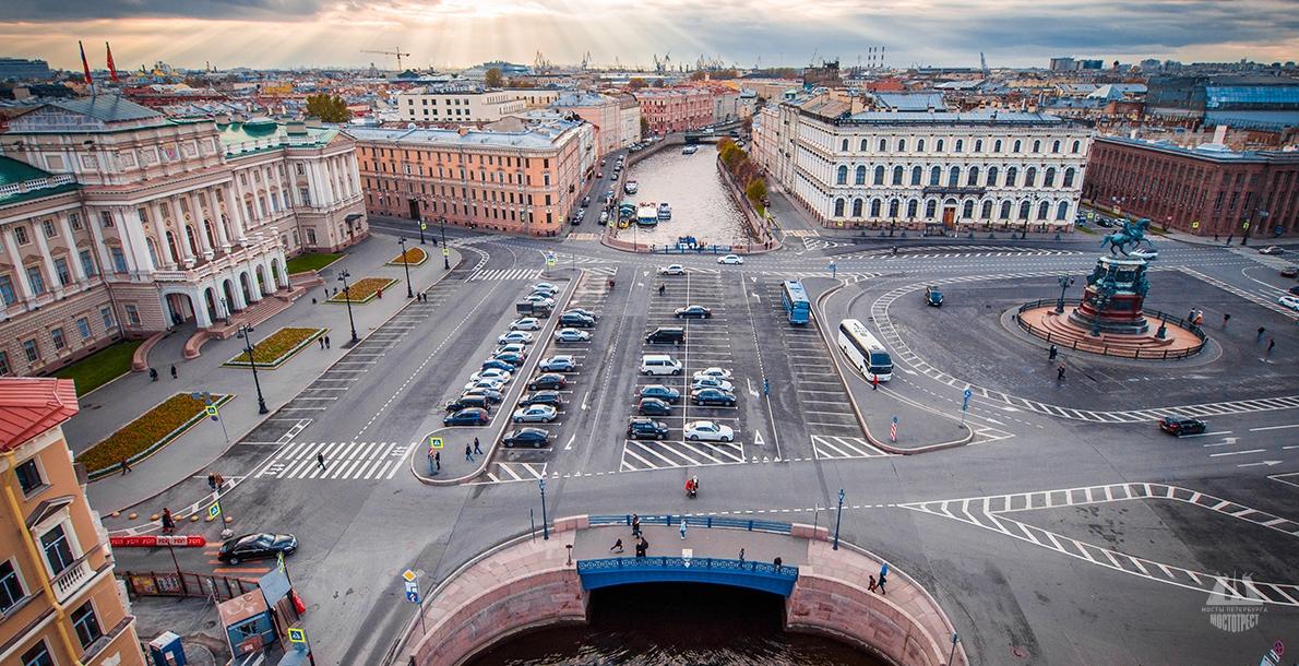 фото вида сверху на Синий мост в Санкт-Петербурге