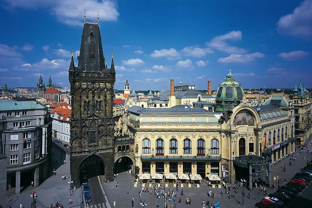 Общественный дом и Пороховая башня в Праге фото
