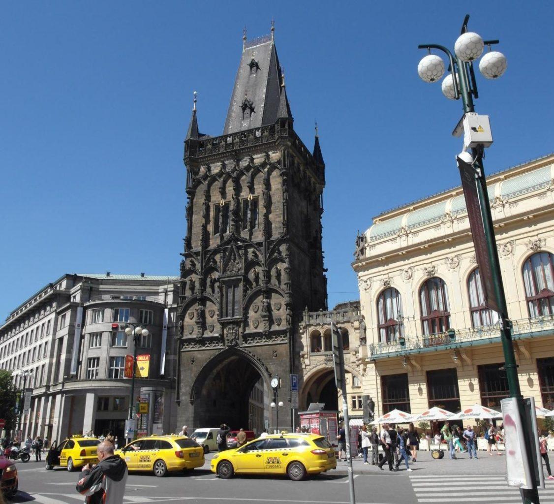 вид на Пороховую башню в Праге фотография