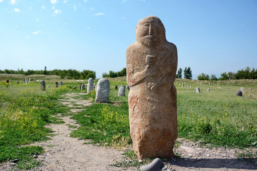 фото каменных истуканов около башни Бурана