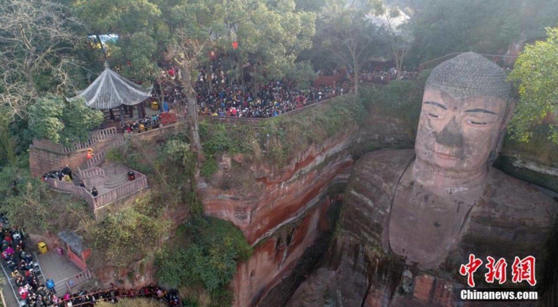 ступени на пути к статуе Будды Майтрейя в Лэшане фотография