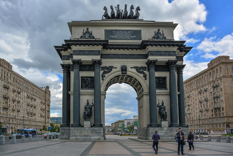 фотография Триумфальной арки на Кутузовском проспекте в Москве