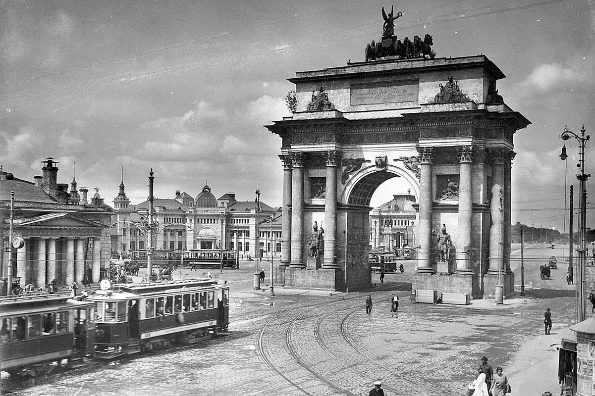 фотография Триумфальных ворот в Москве в начале XX века